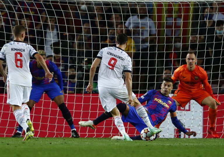 Robert Lewandowski marca el tercer gol del Bayern Múnich ante el Barcelona en el partido por la Liga de Campeones, el martes 14 de septiembre de 2021. (AP Foto/Joan Monfort)