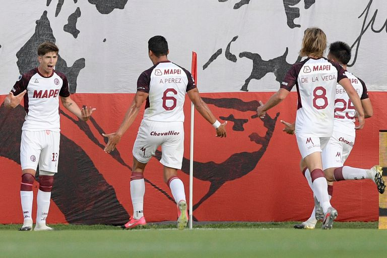 Tomas Belmonte, de Lanús, celebra su gol ante Independiente, en Avellaneda, por la Copa Sudamericana