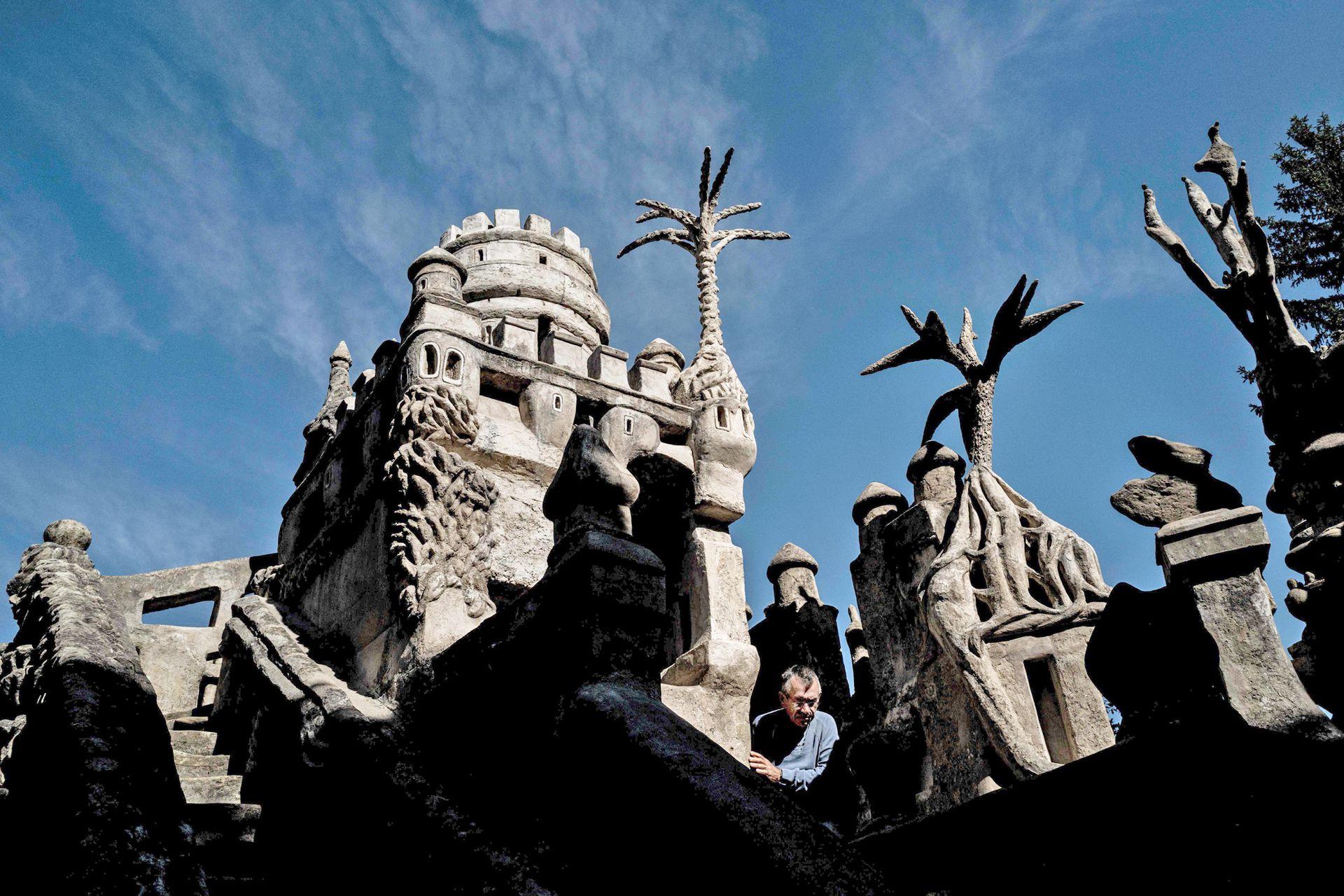 Así, todos los día Ferdinand, juntaba piedras y las guardaba en sus bolsillos y, sin ningún conocimiento de arquitectura, comenzó la construcción
