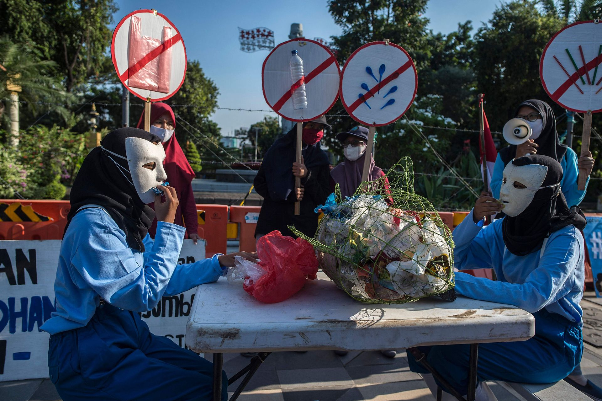 En el Día de la Tierra se realizan manifestaciones contra el cambio climático en todo el mundo;  un grupo de ambientalistas protesta en Surabaya, Indonesia