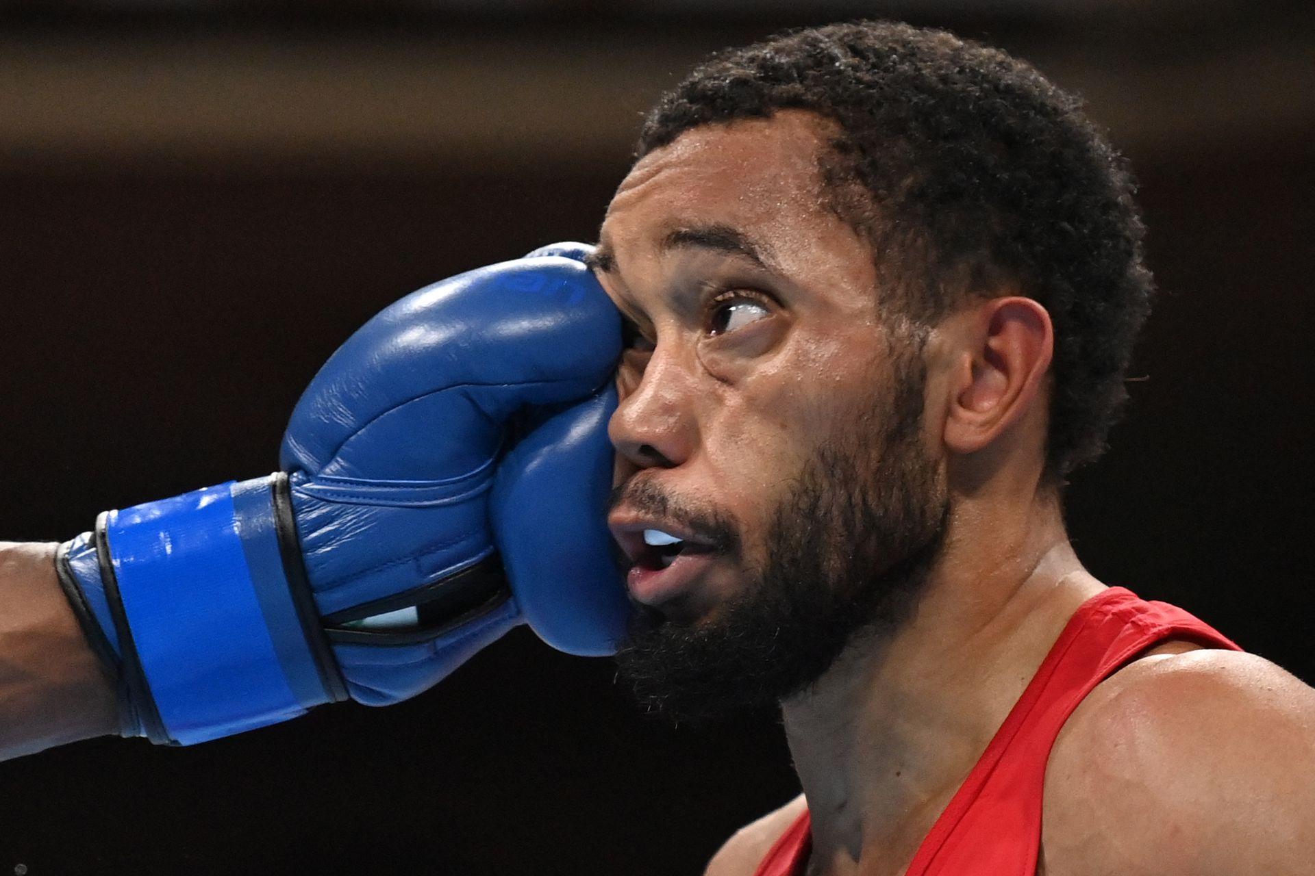 El estadounidense Duke Ragan (rojo) y el ghanés Samuel Takyi pelean durante la semifinal de boxeo de sus hombres (52-57 kg)
