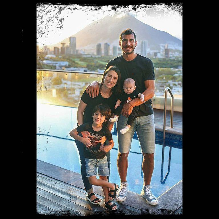 En su casa, en las afueras de Monterrey, donde Patón juega hace siete años; con su señora, Verónica, y sus hijos, Agustín, el pequeño Mateo..., y alguien más en la panza que llegará en pocos meses, Martina
