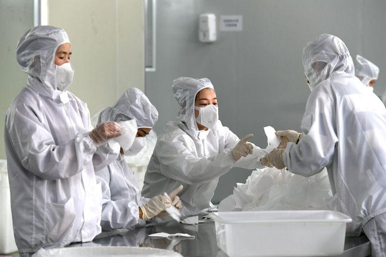 Una fábrica de barbijos en China, mientras el virus no para de expandirse