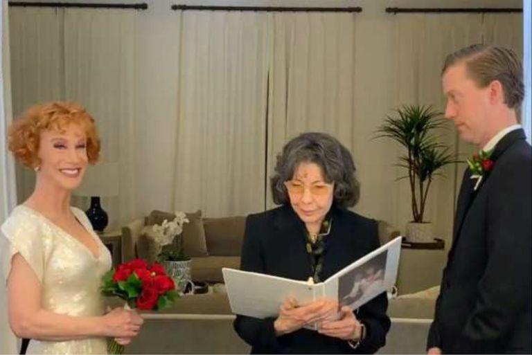 La comediante y su flamante marido se casaron en la nochebuena, con Lily Tomlin como oficiante