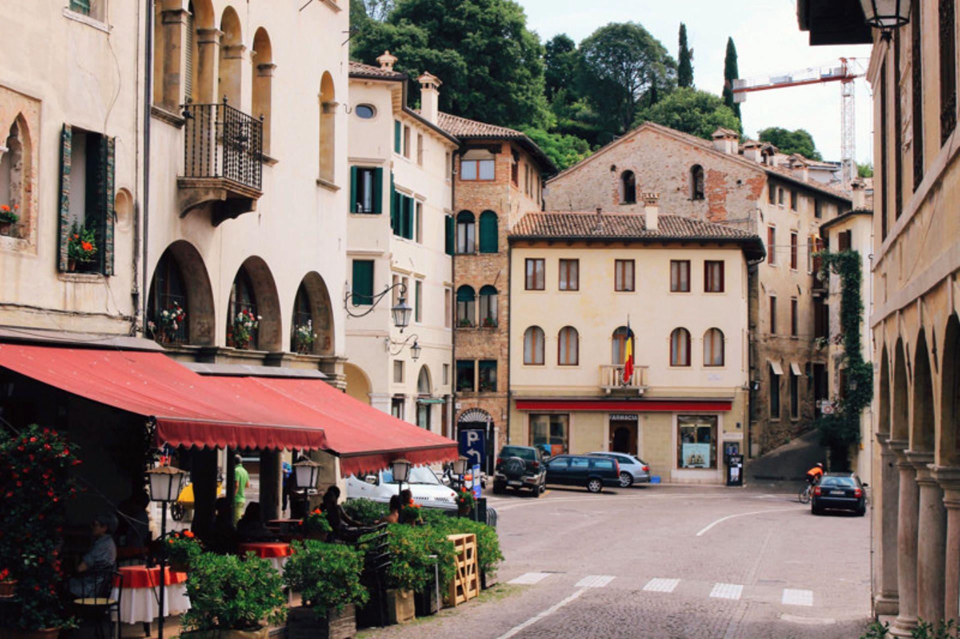 """Se fueron a vivir a un pueblo italiano y encontraron belleza y dificultades: """"la alta burocracia estatal degrada lo positivo del estilo de vida""""."""