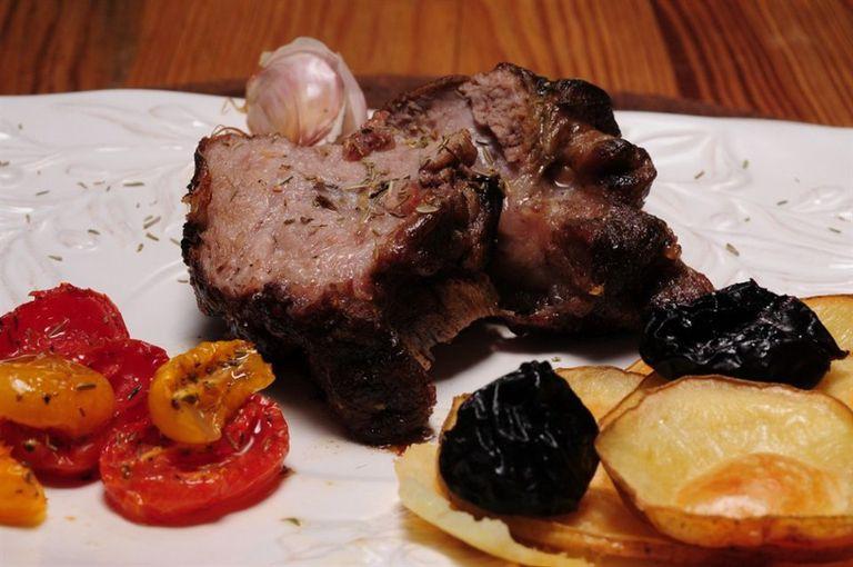 Bondiola de cerdo al horno con ciruelas