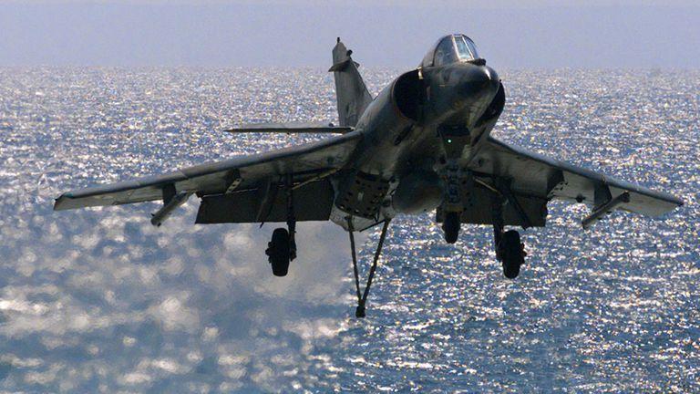 La Fuerza Aérea y la Armada se pelean por los aviones franceses que compró Macri