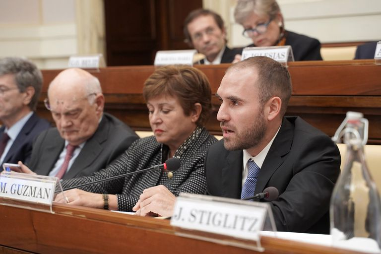 El ministro Guzmán, junto a la directora ejecutiva del FMI, Kristalina Georgieva, la semana pasada, en el Vaticano