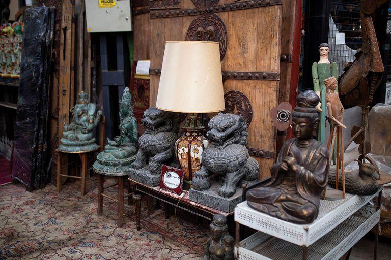 Los objetos más curiosos que venden en el Mercado de Dorrego