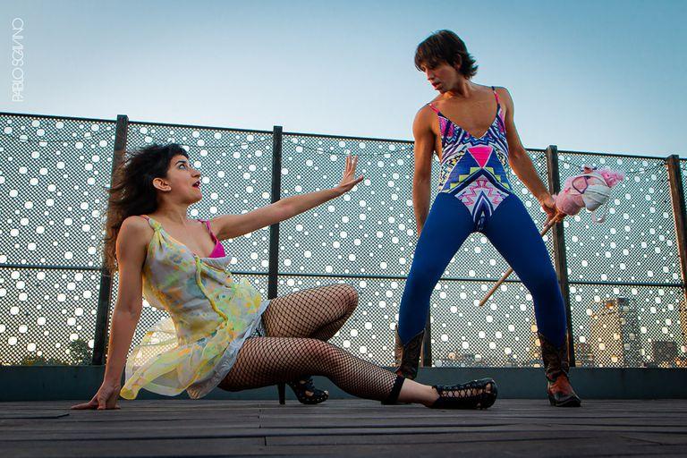 El dúo formado por Luciana Buschi y Patricio Abadi festeja sus 10 años con el estreno de El Dramaturgo 2.0 al aire libre en la terraza del Teatro Border