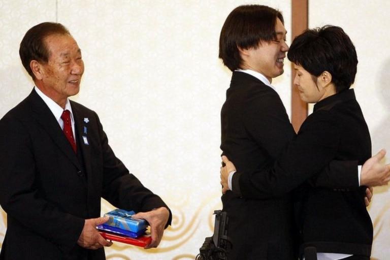 Shigeo Iizuka (izquierda) y Koichiro Iizuka en su reunión de 2009 con la exespía norcoreana Kim Hyun-hui
