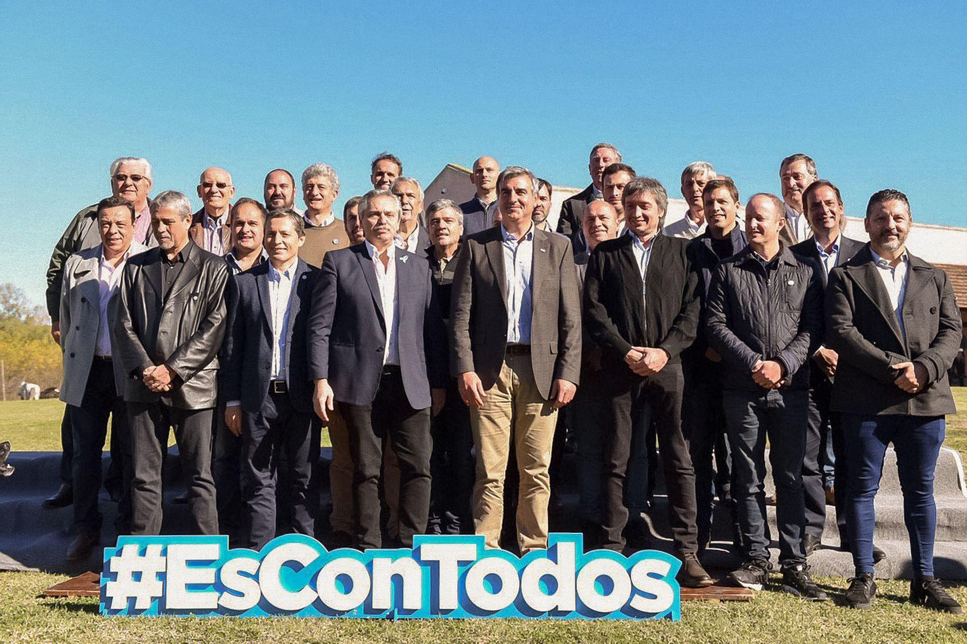 El precandidato a presidente por el Frente de Todos, Alberto Fernández, y el diputado Máximo Kirchner se reunieron en San Antonio de Areco, con intendentes y legisladores peronistas bonaerenses para avanzar en definiciones electorales (24 de mayo de 2019)