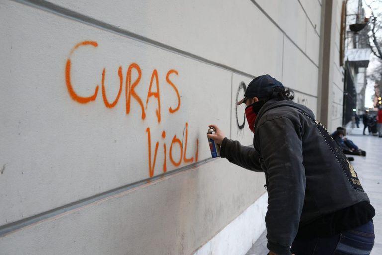 Las leyendas fueron pintadas el viernes, durante una manifestación contra el gatillo fácil