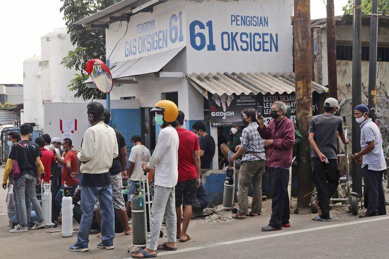 Una cola de gente esperando para llenar sus tanques de oxígeno en Yakarta, Indonesia