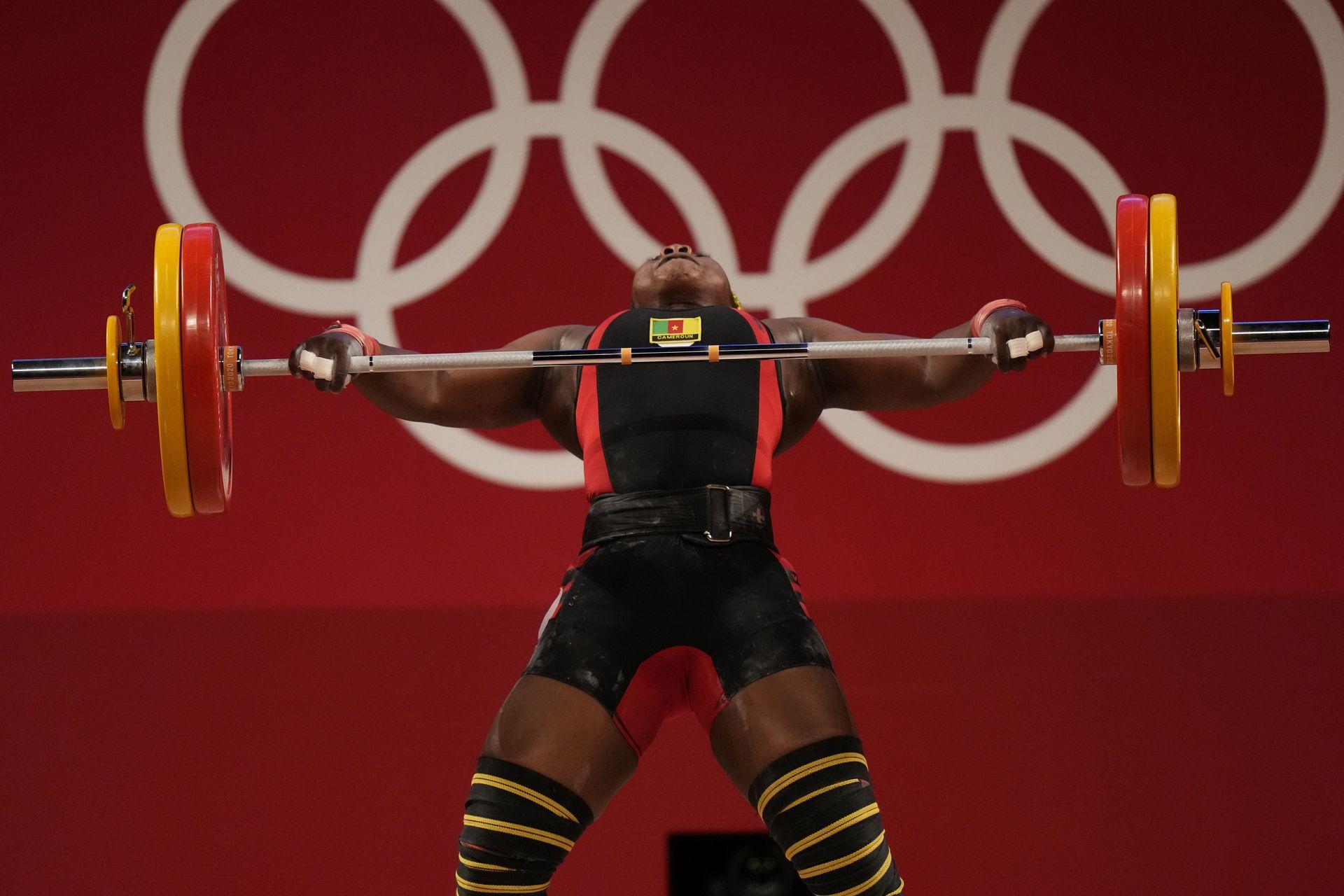 Clementine Meukeugni Noumbissi, de Camerún, suelta la barra durante un levantamiento de pesas femenino en la categoría de 87 kilos