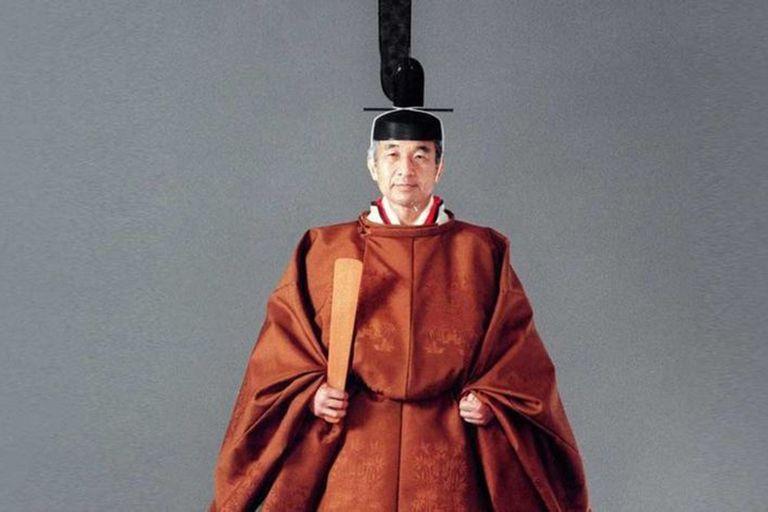 El emperador Akihito en su traje de ceremonia, en 1990