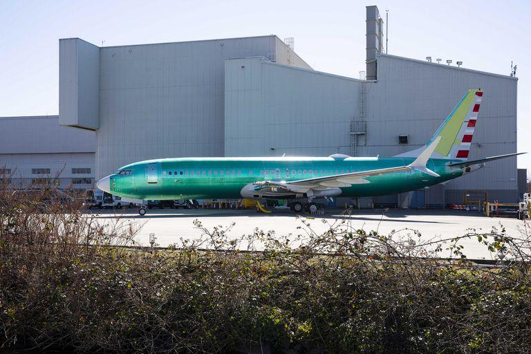 La estrategia de Boeing de seguir actualizando el avión en vez de comenzar desde cero, proporcionaba ventajas competitivas, como evitar las costosas capacitaciones a pilotos