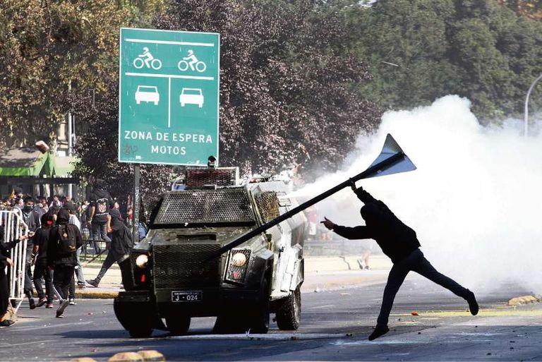 Algunos estudiantes generaron disturbios en la marcha de ayer en Santiago