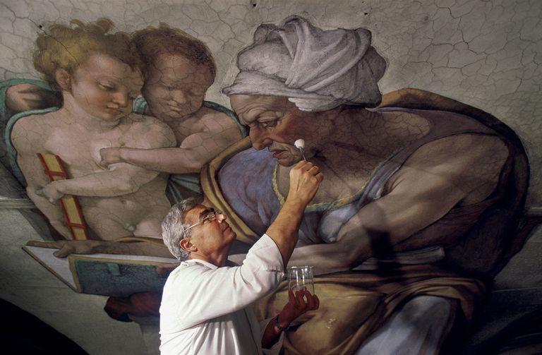 """Gianluigi Colalucci toma una muestra de """"Cumae Sibyl"""" de Miguel Ángel durante la restauración del techo de la Capilla Sixtina en enero de 1986"""