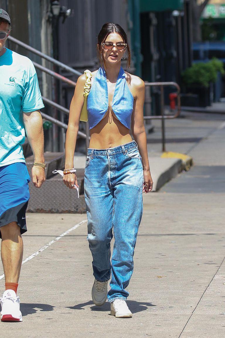 Emily combinó un top de denim con jeans baggy, anteojos de Reality y minibag de Jw Pei.