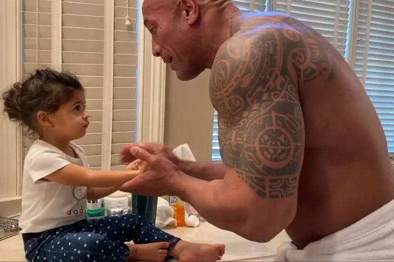 La Roca le enseña a su hija a lavarse las manos en un video que causa furor