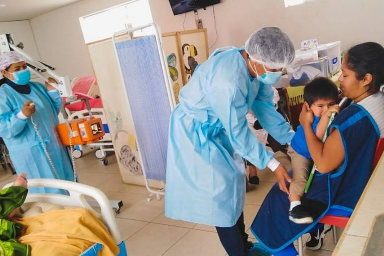 Trabajadores de Socios en Salud en Perú toman una radiografía a un bebé