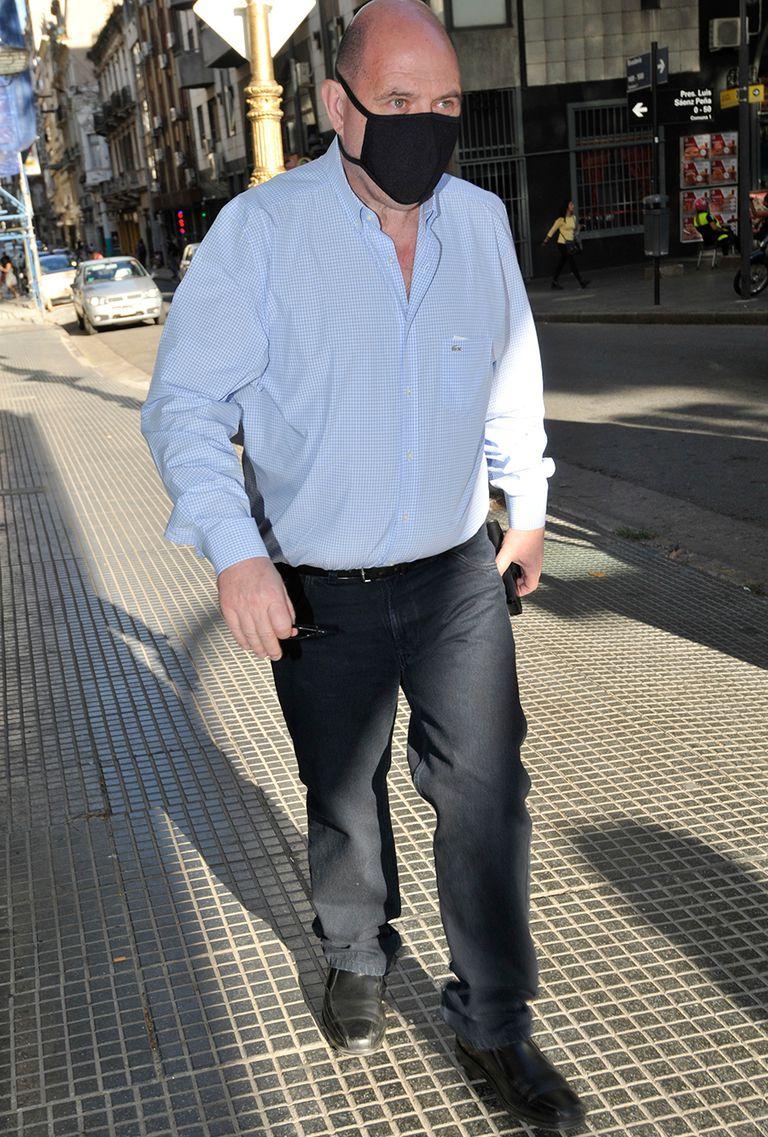 El productor Carlos Rottemberg fue uno de los primeros en arribar al velatorio del actor
