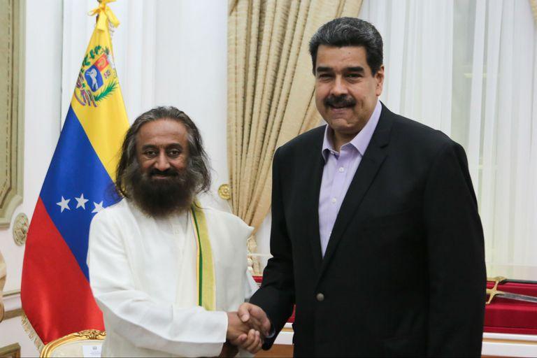 El gurú indio Sri Sri Ravi Shankar y Maduro, en el Palacio de Miraflores, en Caracas, el 8 de julio pasado