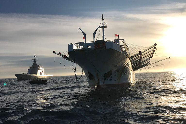 Un barco de la Armada Argentina escoltando a un pesquero ilegal al puerto