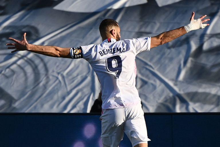 Los goles de Benzema le dieron un respiro a Real Madrid, que volvió al triunfo.