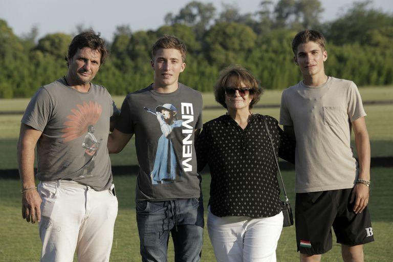Lolo, con su mamá, Susana, y los chicos que están en boca de todos en el polo