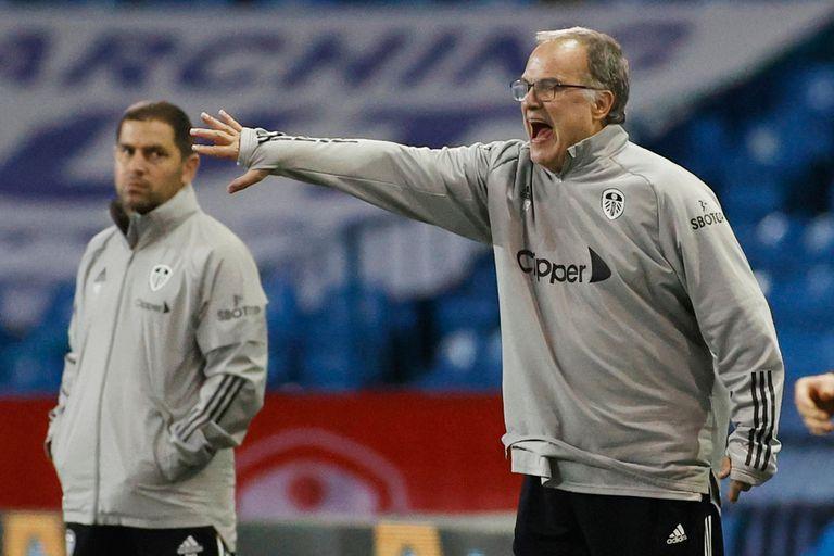 Bielsa da indicaciones, mientras lo observa un colaborador. Leeds se despidió en los 32os de final de la Carabao Cup