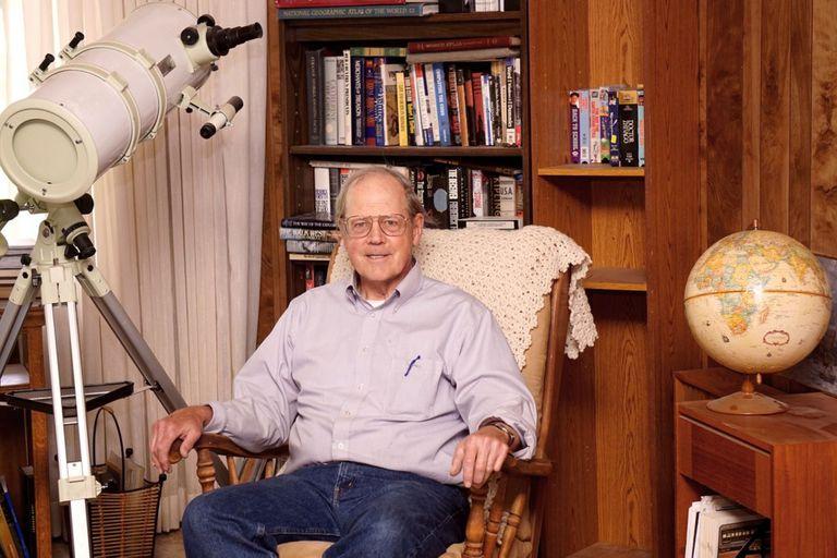 Peter Davenport, director del Centro Nacional de Reportes de Ovnis de Estados Unidos, fotografiado por el Wall Street Journal (Karen C. Robertson)
