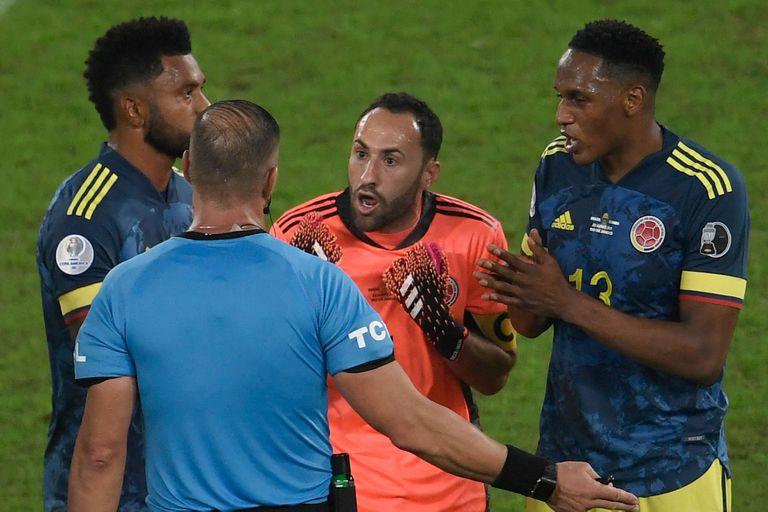 Pitana convalida del gol de Brasil y los colombianos se enloquecen; el arquero David Ospina se va encima del argentino