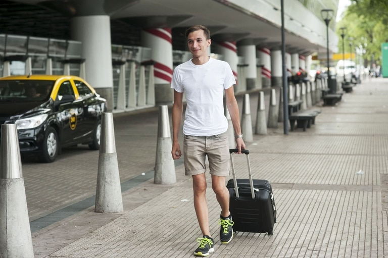 Luca Sosa, en Aeroparque, camino a unas minivacaciones en Punta del Este