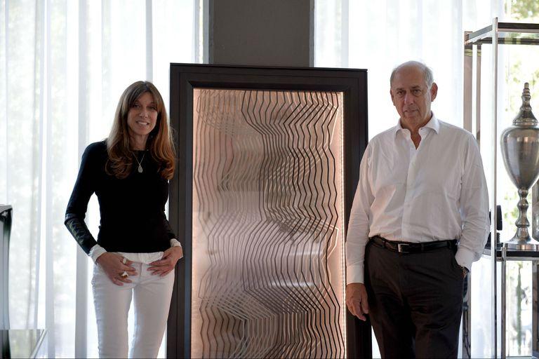 Claudia Fontenla y Roberto Fontenla junto al panel energético en la fábrica Fontenla Furniture