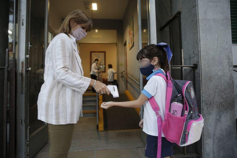 Los controles de temperatura al ingreso de los colegios son parte de los protocolos para que funcionen de manera presencial
