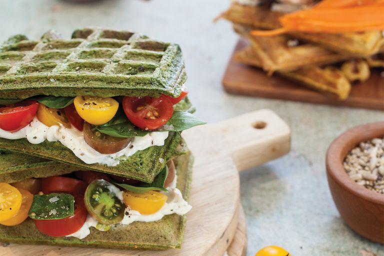Los waffles de espinaca pueden ir rellenos con queso crema, albahaca, tomates cherry ¡y convertirse en un sándwich!
