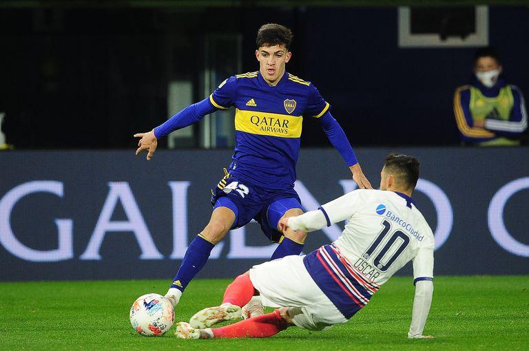 Gabriel Vega, mediocampista que causó una gran impresión en Russo, en una escena del partido que disputaron Boca Juniors y San Lorenzo