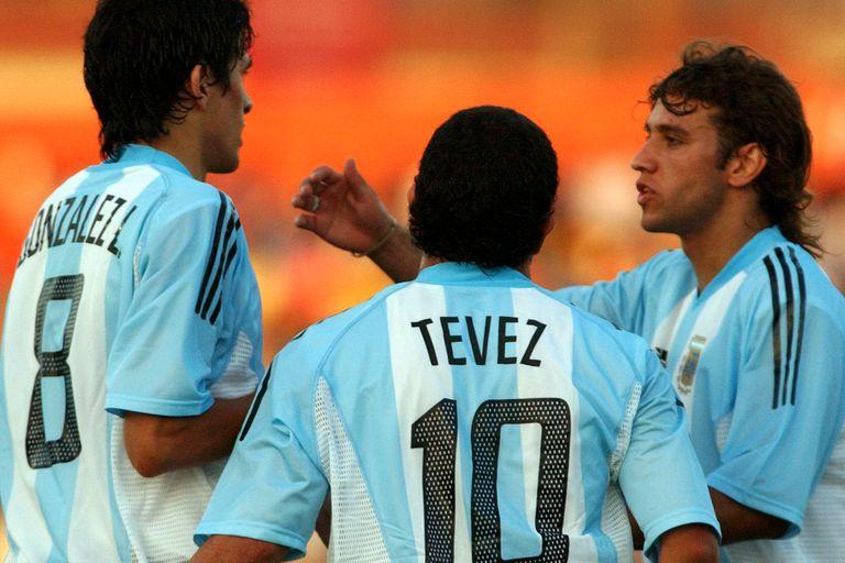 Luis González, Carlos Tevez y Osmar Ferreyra, tres futbolistas que formaron parte del seleccionado argentino en el Preolímpico de La Serena, en 2004