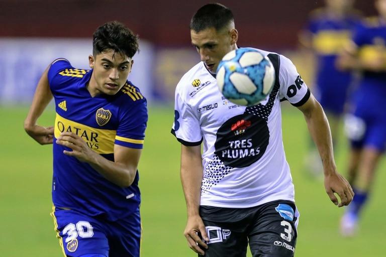 Exequiel Zeballos y Franco Pezzani en pos de la pelota; Boca y Claypole sostienen un partido cambiante en Lanús.
