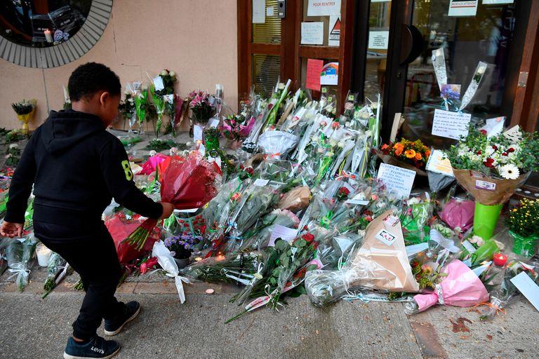 Un niño acude con flores a la escuela del profesor asesinado