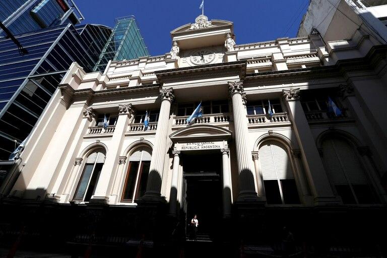 El Banco Central busca limitar la salida de dólares por importaciones