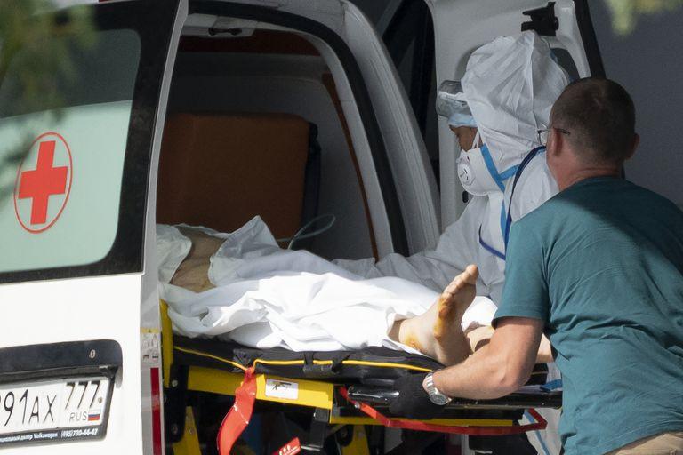 Los trabajadores médicos llevan a un paciente sospechoso de tener coronavirus en una camilla en un hospital en Kommunarka, en las afueras de Moscú