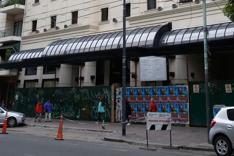 Moyano cortó las cintas del centro médico de Caballito junto a autoridades políticas; hoy está tapiado, en obra y sin los permisos correspondientes para funcionar