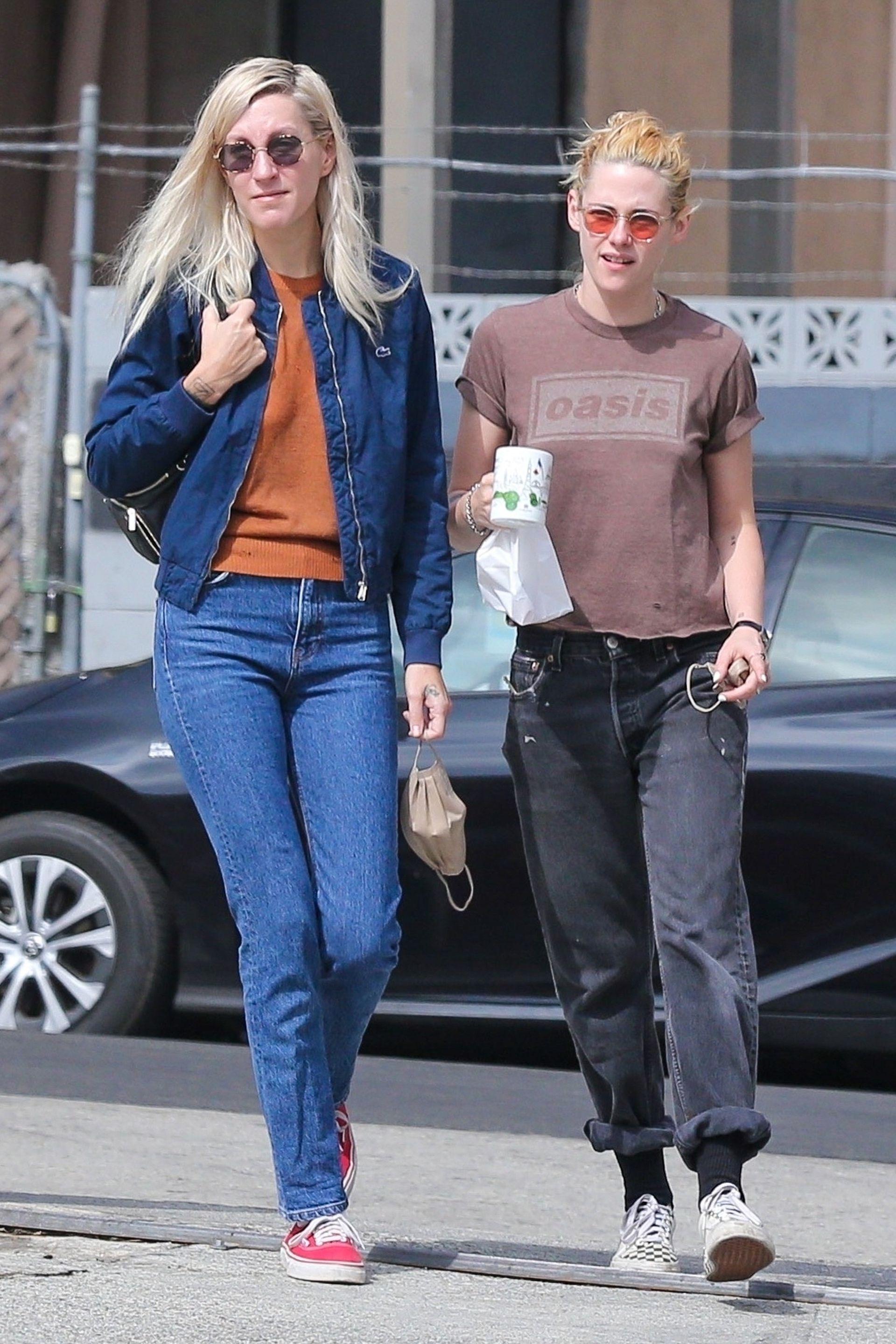 Enamoradas. Kristen Stewart, súper canchera, fue fotografiada en un paseo junto a su novia, Dylan Meyer