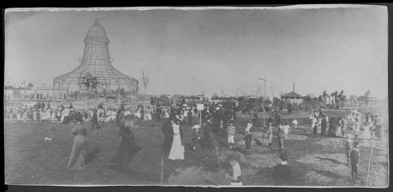 Una foto histórica: la estructura que hoy funciona como la jaula de los cóndores en la Plaza de Mayo durante los festejos de las fiestas Mayas de 1903
