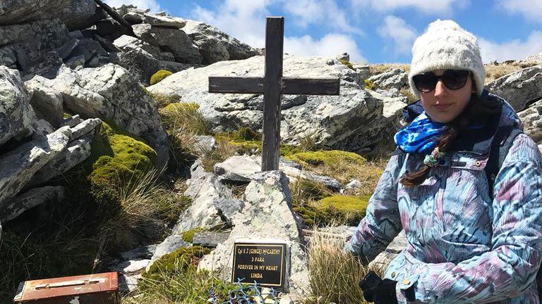 Alumnos argentinos visitaron el Cementerio de Darwin en Malvinas