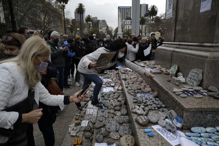 Mantienen una vigilia para evitar que el Gobierno retire las piedras de la Plaza de Mayo