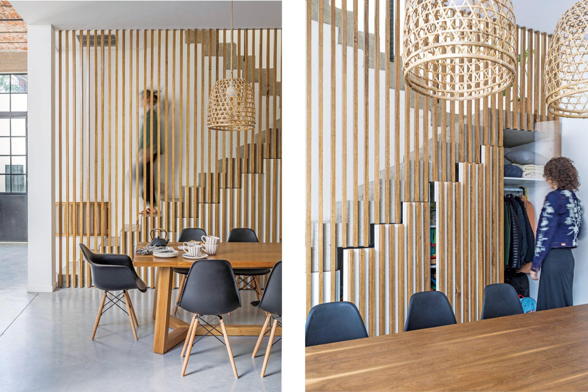 Cálido, liviano y decorativo, el plano de maderas verticales funciona como baranda de la escalera y genera espacios de guardado muy necesarios en esta planta abierta.